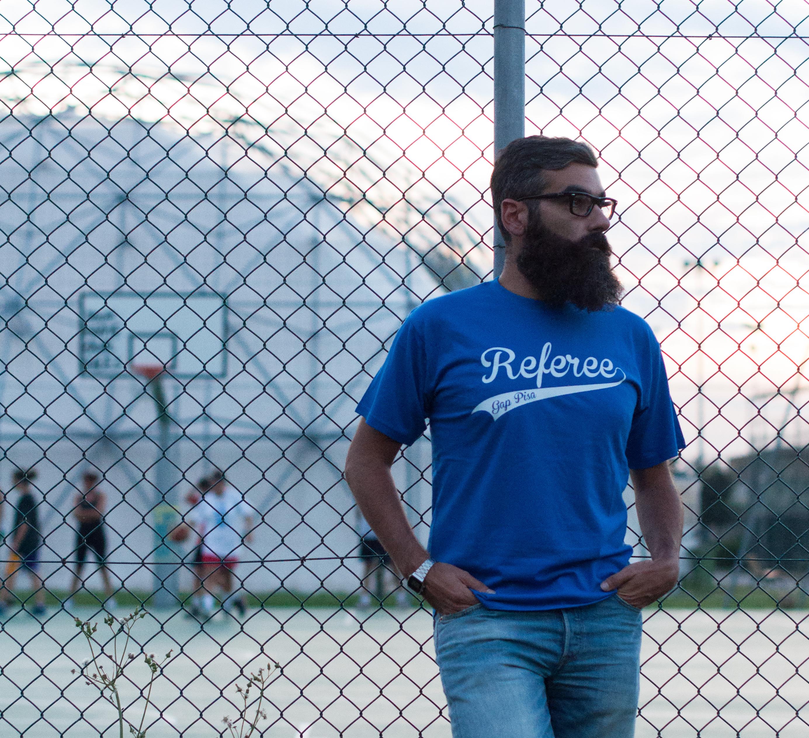 """T-shirt con scritta """"Refree """" e logo PisaGAP"""